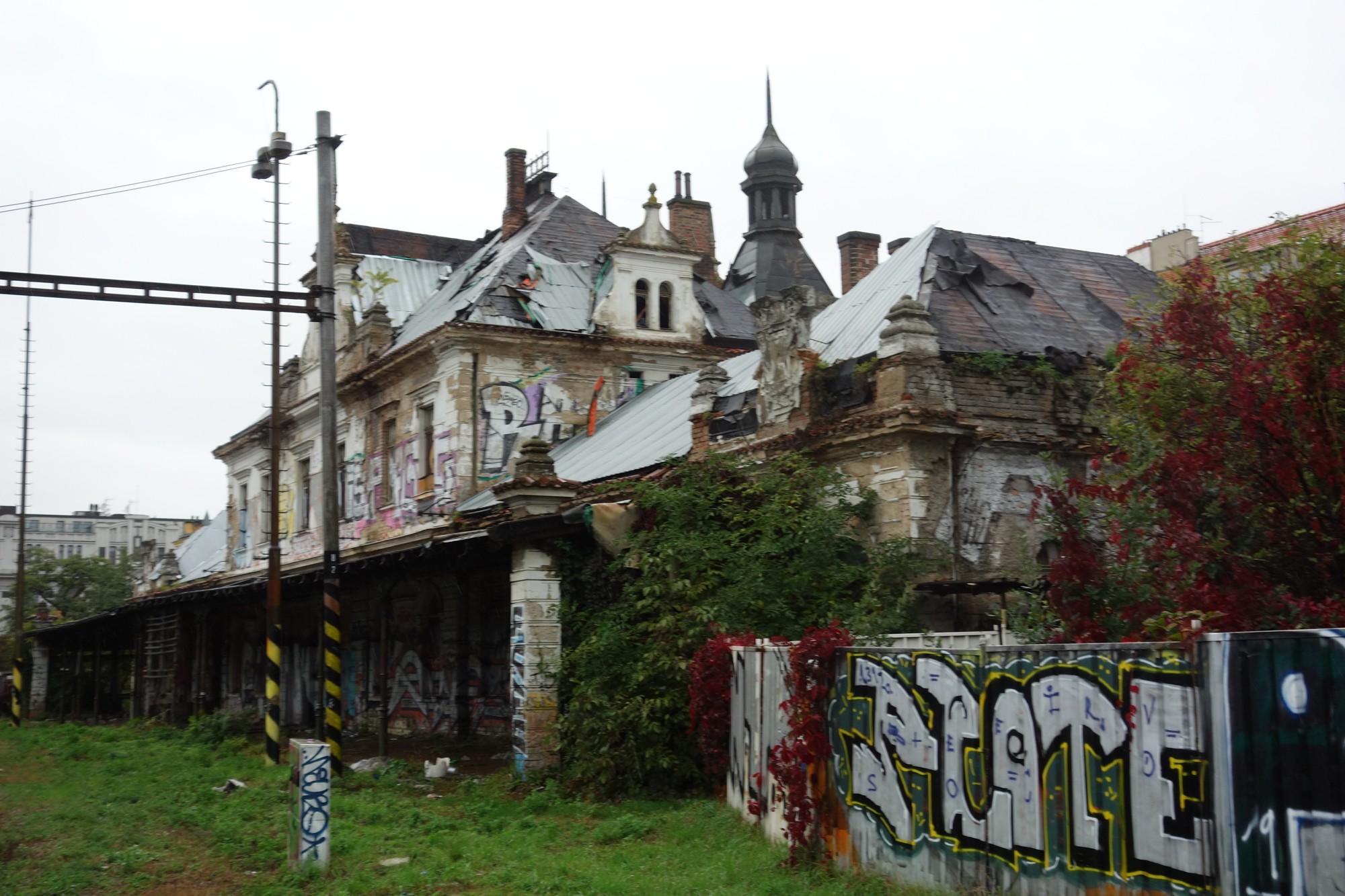 i-doprava.com: Řízená destrukce kulturní památky? Z vyšehradského nádraží před dešti zmizela část střechy. Městská část podala trestní oznámení